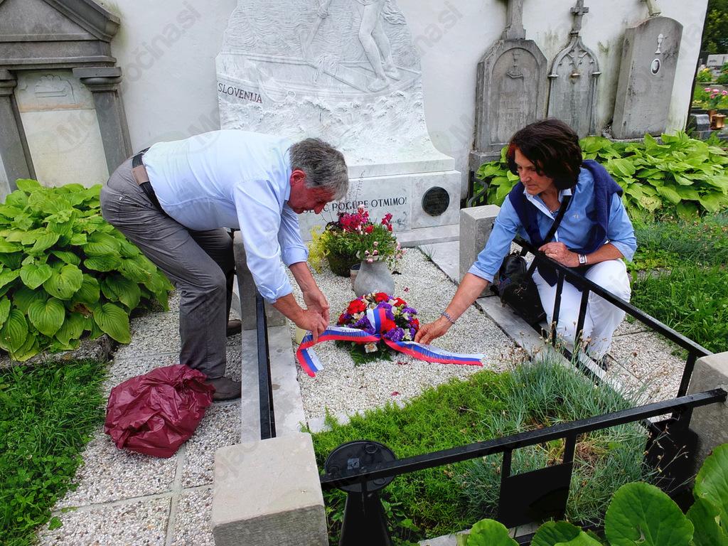 Ob tej priložnosti so pesniku na grobu pri sv. Lovrencu položili cvetje.
