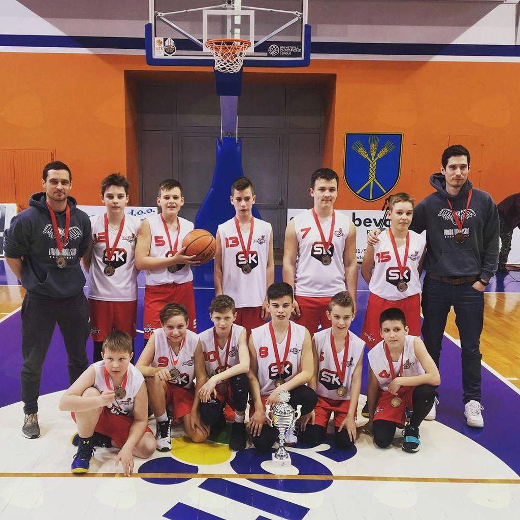 Ekipa U-13 s pokalom in z medaljami za 3. mesto na finalnem turnirju tekmovanja Basket 4 Kids