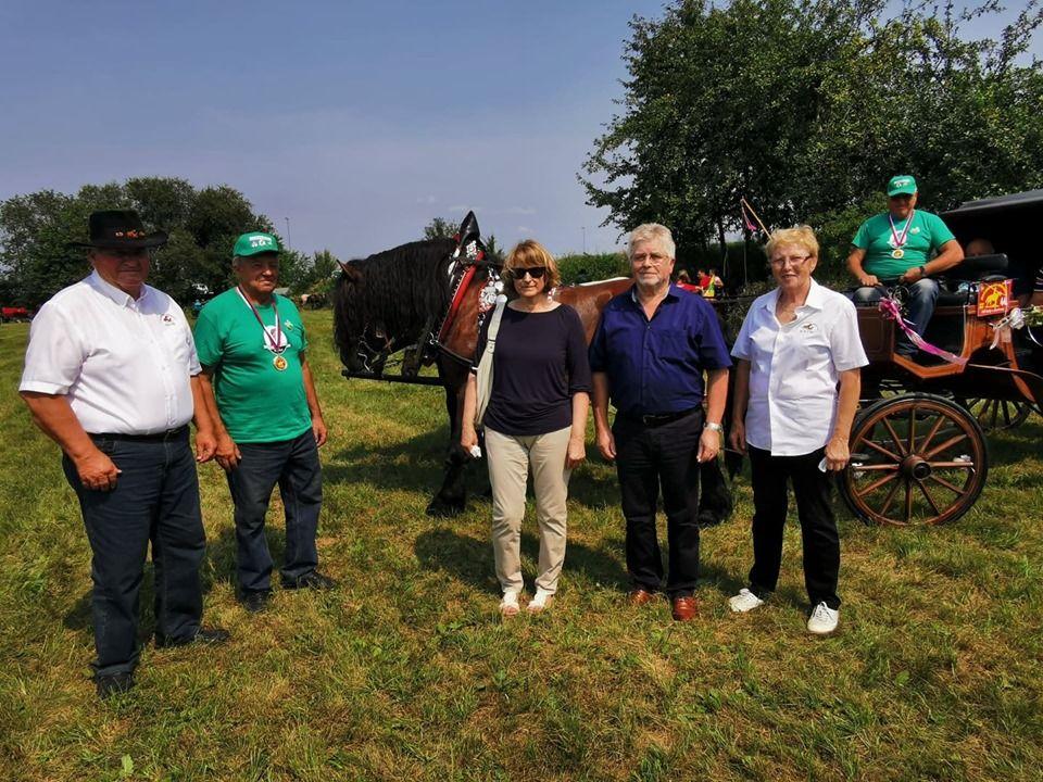 Ena gasilska z županom g. Cimpermanom in prijatelji iz domačije Gorc.