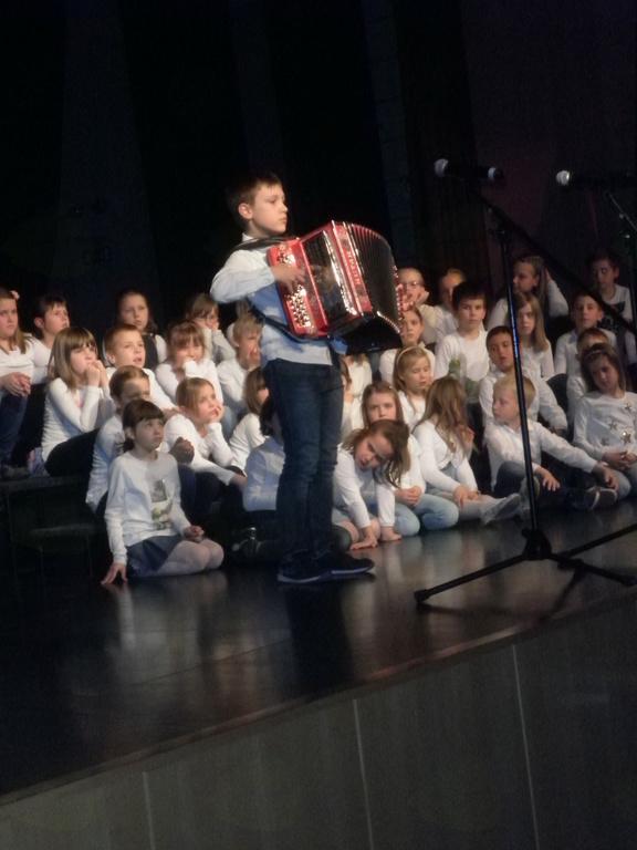 Otroci so zaigrali tudi na harmoniko. Foto: Majda Rejec