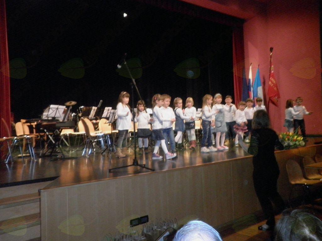 Otroci so spesmijo in plesom razveselili mamice, babice in vse prisotne.;  foto: Majda Rejec