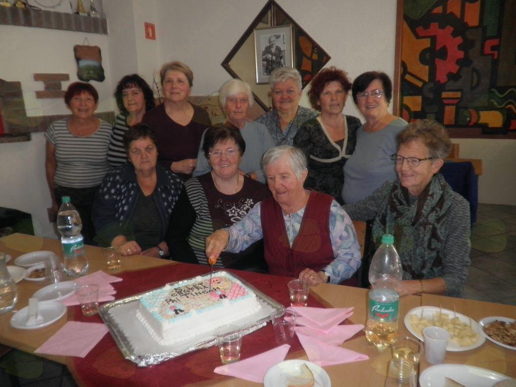 Torto je razrezala najstarejša udeleženka srečanj. foto:Majda Rejec