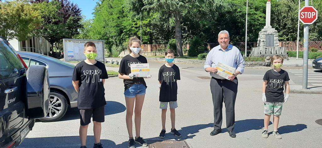 Prostovoljci iz OŠ Miren z županom Mauricijem Humarjem; foto: Matejka Maver Pregelj