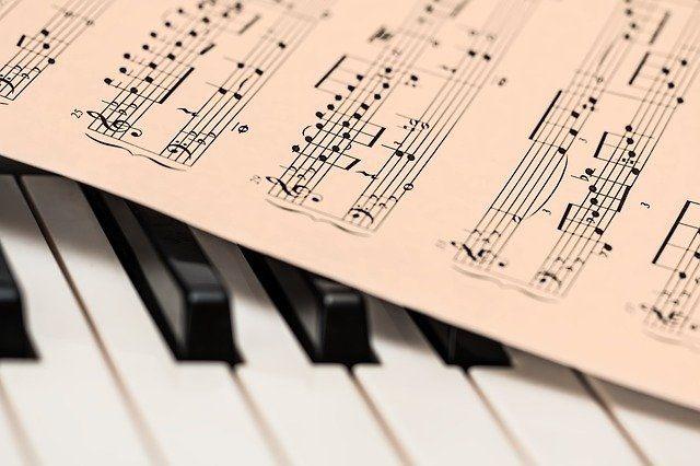 Razpis namenjen skladateljem, glasbenikom in pevcem