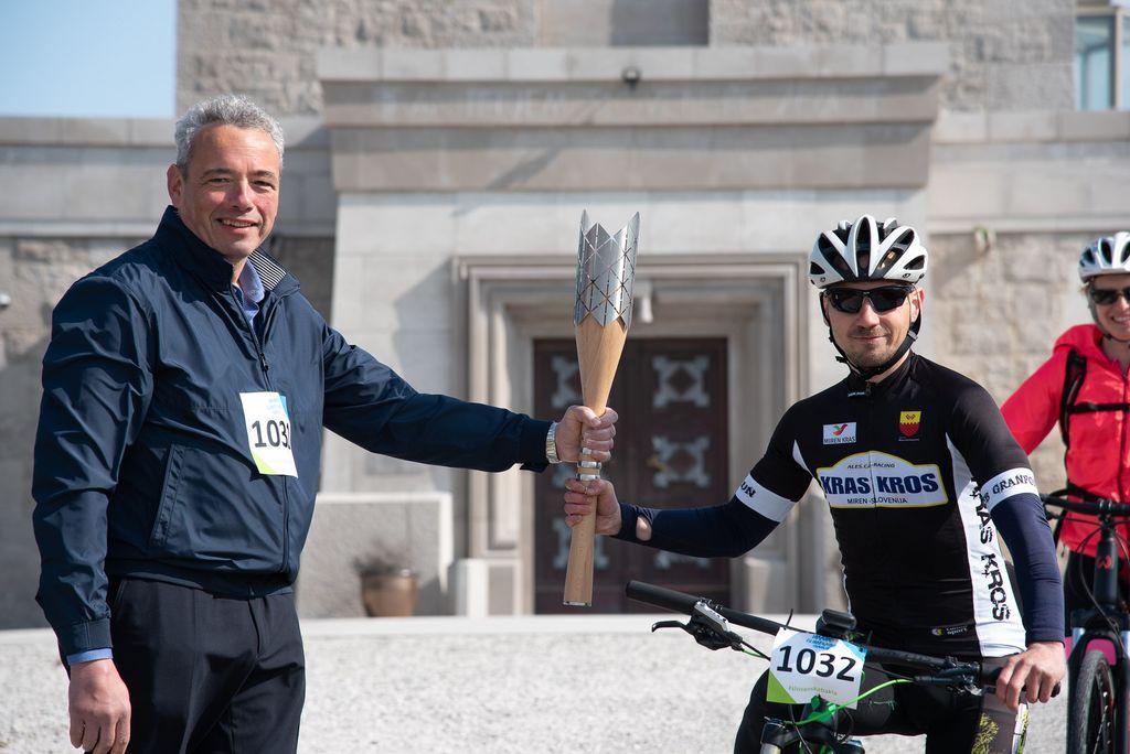 foto: Mitja Ambroželj - župan predaja kolesarjem