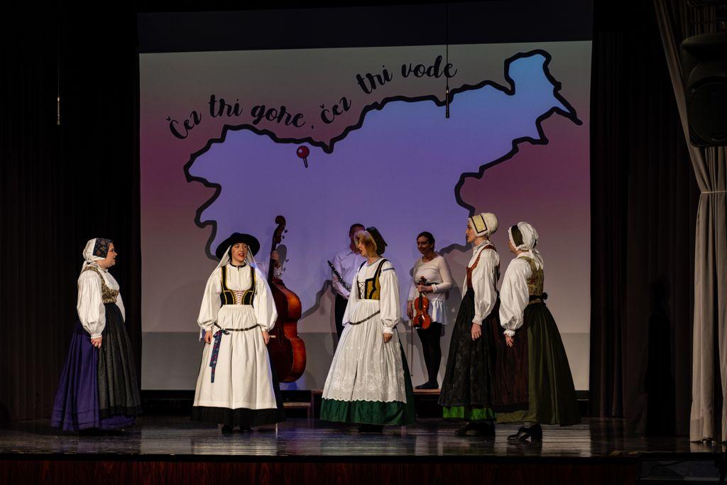Pevke FS Karavanke v gorenjskih kostumih (foto: Sergej Radosavac)