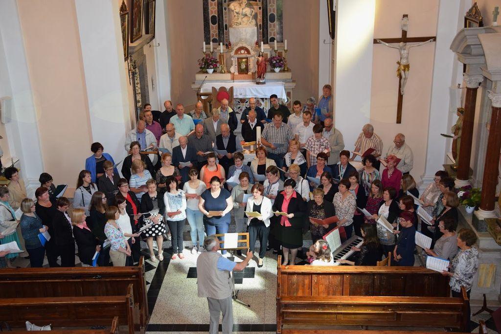 Skupno petje  pevcev združenih cerkvenih zborov. Foto: Alenka Konjedic