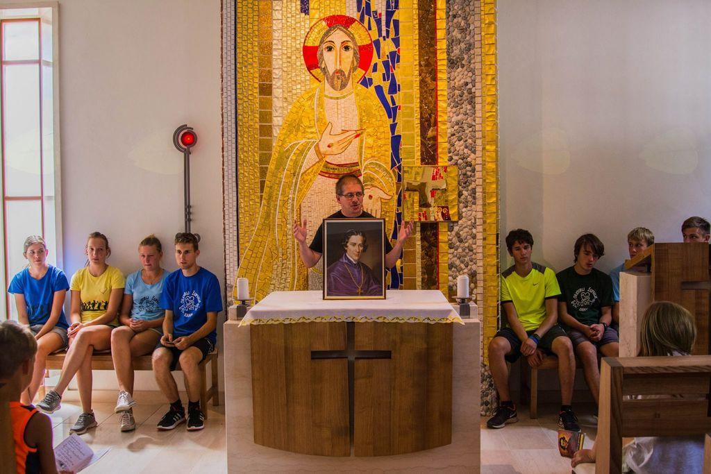 Vsakodnevni zaključek v kapeli. Foto: Nejc Markič