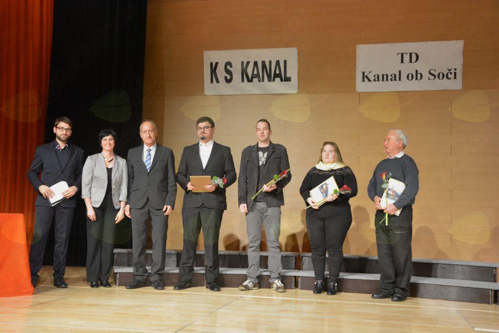 Po prejemu priznanj KS Kanal so nagrajence nagradili z aplavzom;  Foto: Maja Križnič