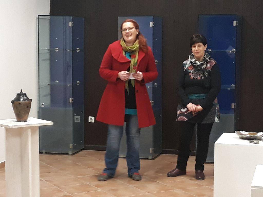 Katja Prunk in Marta Perkon na odprtju razstave, foto: Ivan Križnič