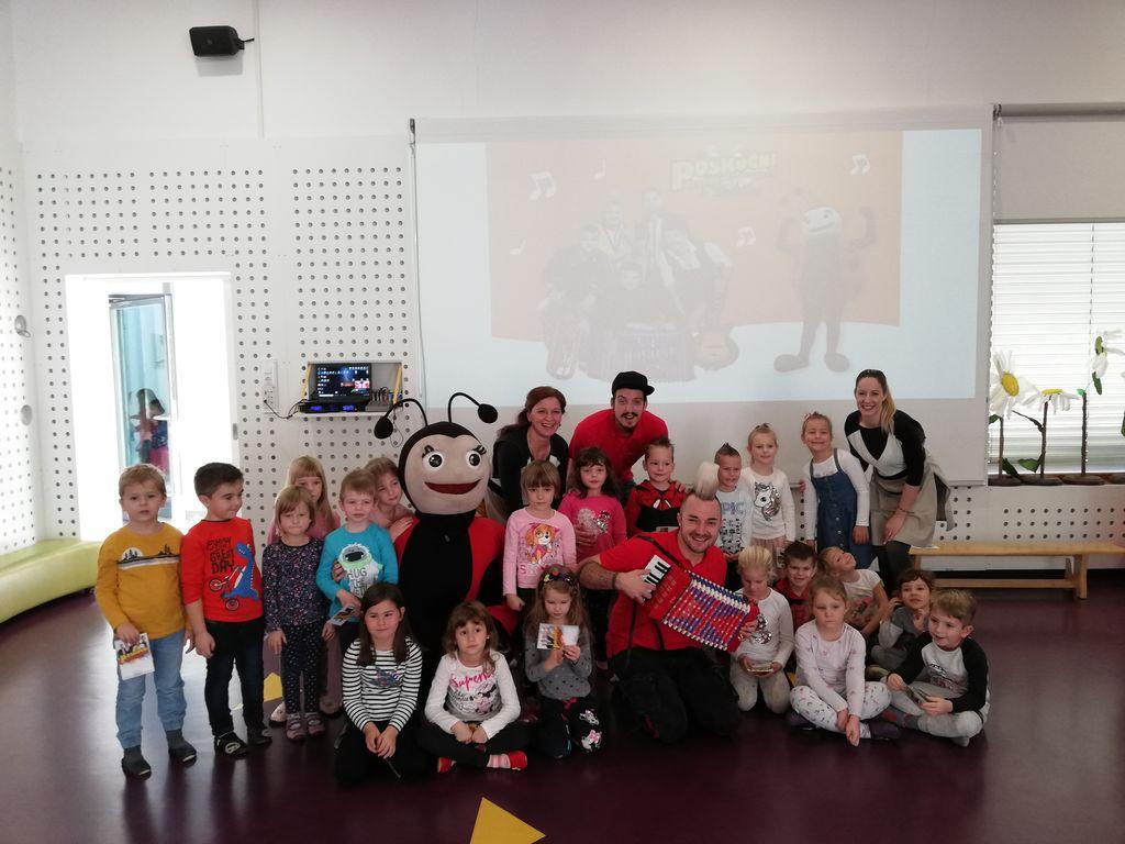 Nagrajeni otroci s Poskočnima muzikantoma in maskoto Pikapolonico