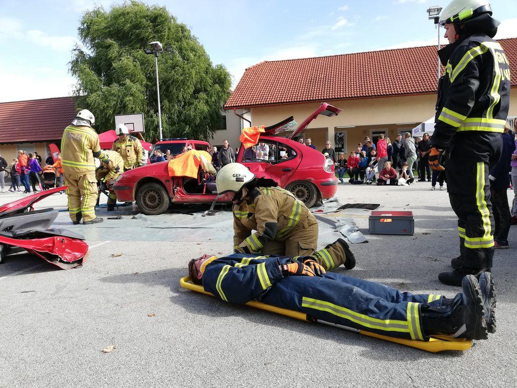 Prikaz reševanja iz avtomobila