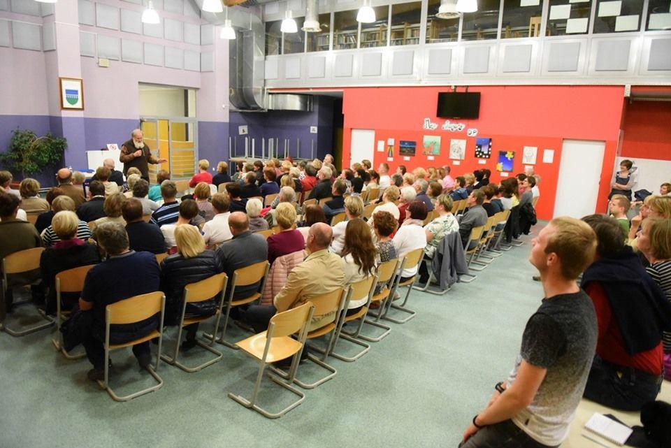 Več sto ljudi je prisluhnilo predavanju v večnamenskem prostoru osnovne šole.