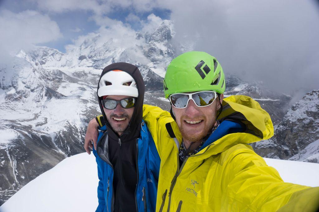 Domen Košir in Matej Balažic na enem izmed osvojenih vrhov