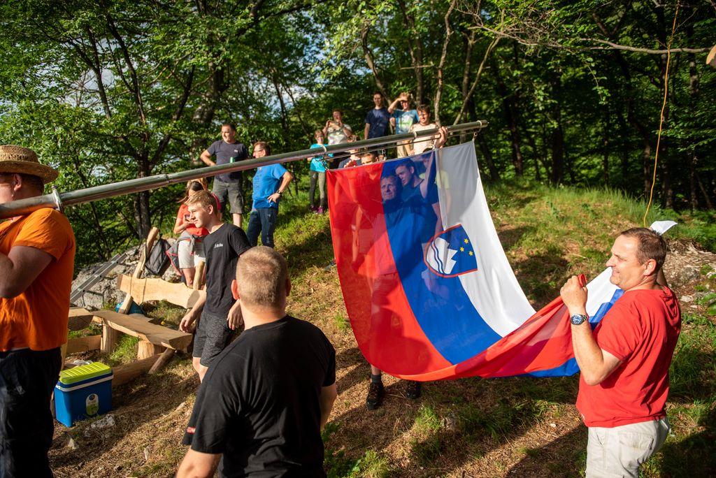 Visoko nad Borovnico plapola slovenska zastava