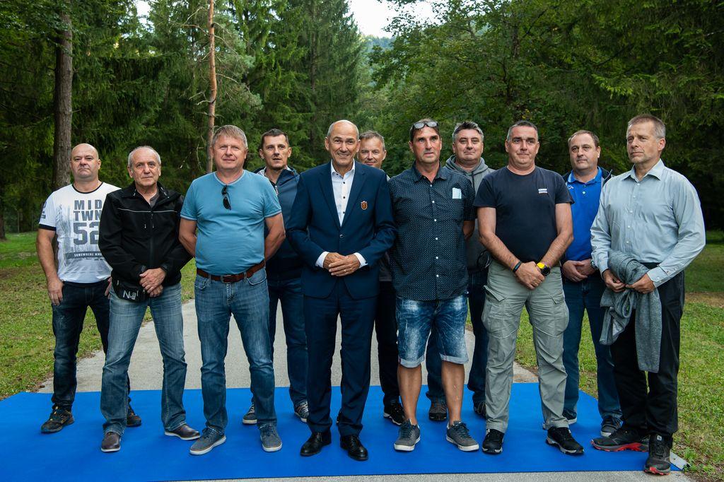Predsednik vlade Janez Janša s pripadniki izvidniškega voda brigade Moris; foto: gov.si