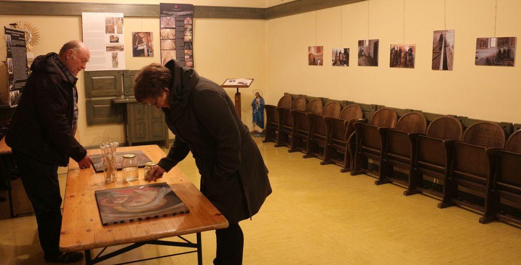 Obiskovalci razstave na delavnici. Foto: A. Kržič