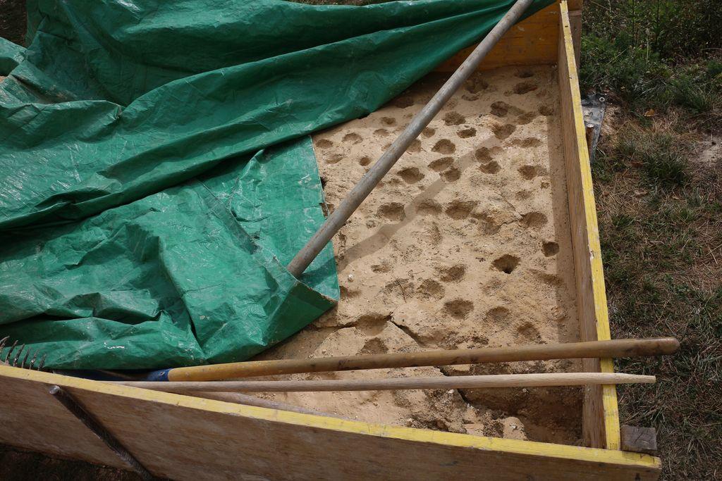 Priprava žive apnene malte za popravilo zidov in ometov. Foto: A. Kržič