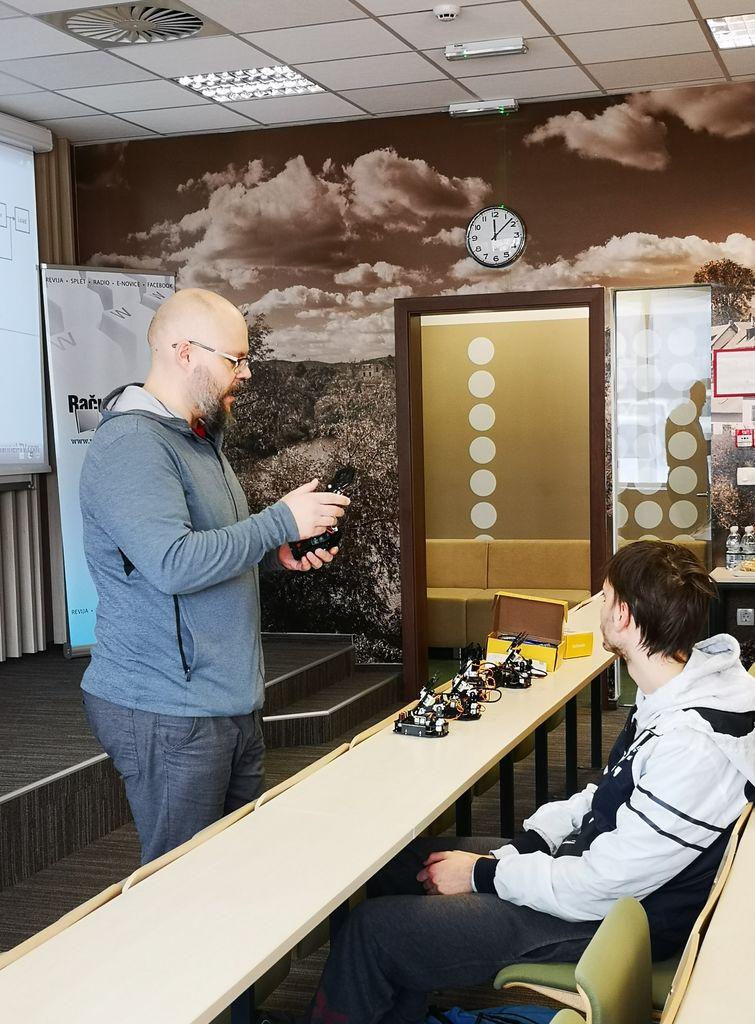 Delavnica - ročno upravljanje in programiranje robotske roke