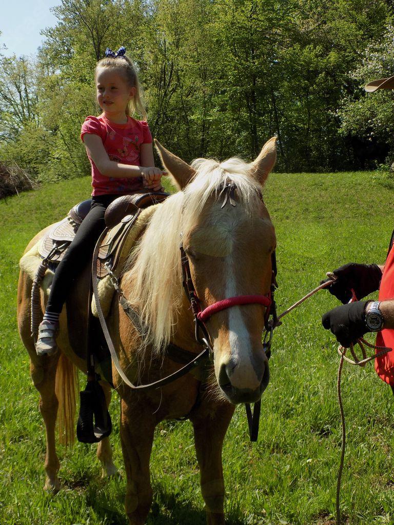 Otroci so uživali na konjih.