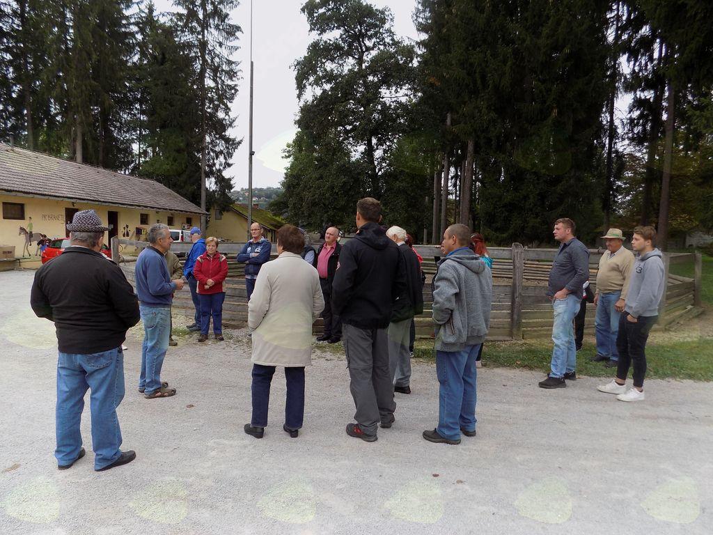 Gospodar konjeniškega šolskega športnega centra v Češči vasi nam predstavi zgodovino in delovanje centra,ter nas popelje na ogled po posestvu.