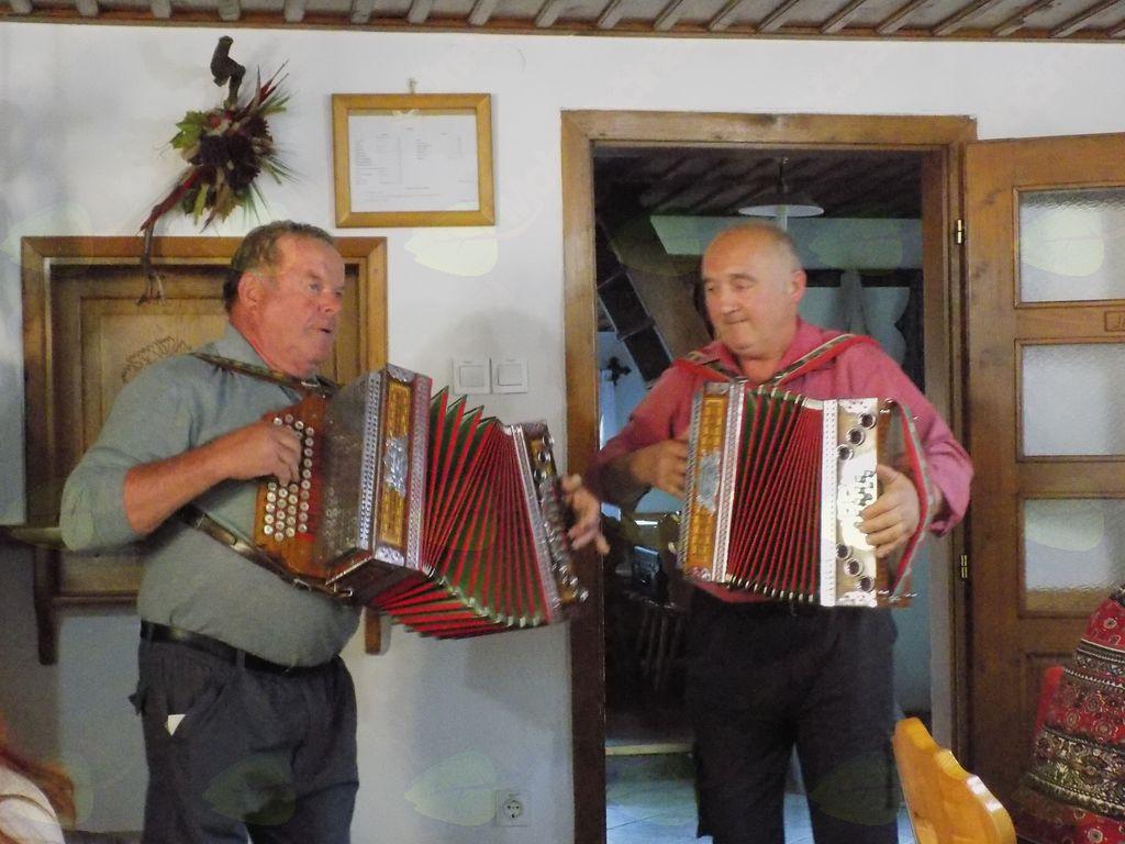 Predsednik društva g. Anton Grilc in g. Suhodolčan Marjan sta igrala na harmoniki,mi pa smo z njima zapeli ,pa tudi zaplesali.