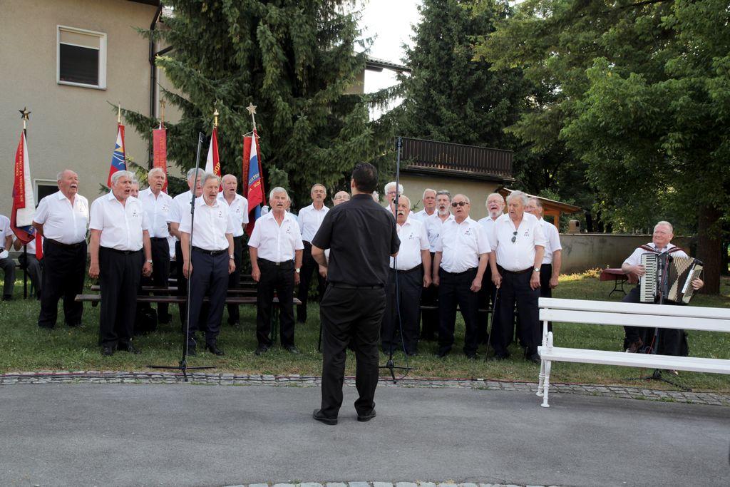 Partizanske pevski zbor pod vodstvom dirignta Iztoka Kocena