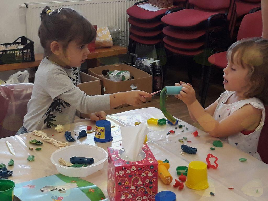 Najmlajši so ustvarjali s plastelinom.