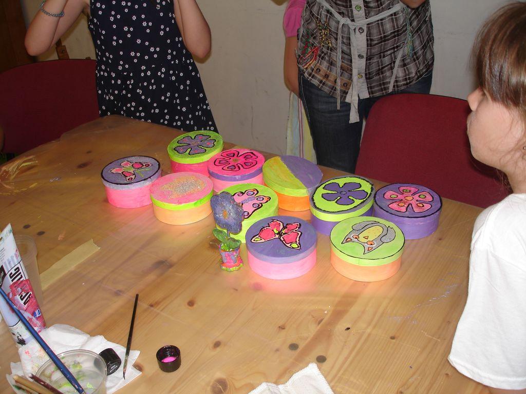Škatlice pobarvane z barvo,ki se sveti ponoči