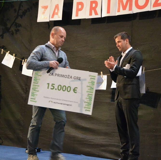 Predstavik podjetja Konstrukcije Swarzmann s težkim vrednostnim bonom za Primoža
