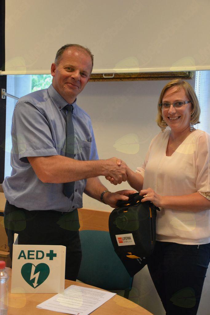 Defibrilatorji grejo v prave roke