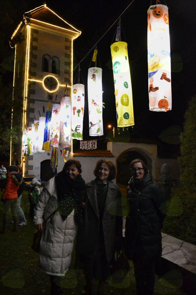 Na kupu (od leve): idejna vodja Darinka Orel in ilustratorki Marjanca Jemec Božič in domačinka Maša Kozjek