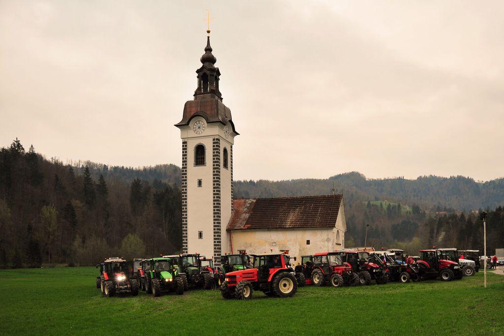 Na Brišah prvič blagoslovili traktorje