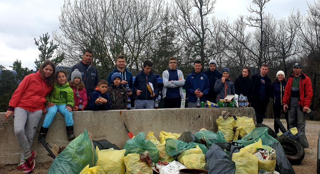 Udeleženci čistilne akcije v Šentjoštu.