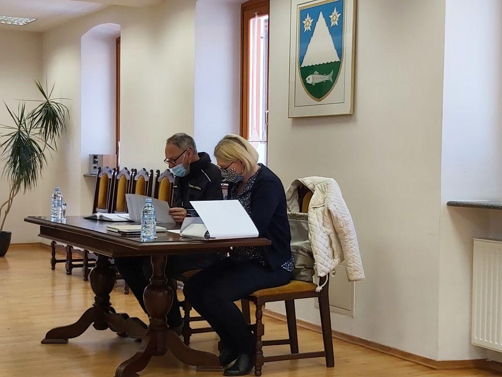Župan Občine Kobarid Marko Matajurc in vršilka dolžnosti direktorja Občinske uprave Občine Kobarid Katja Fratina Hvalec sta se danes sestala s stanovalci Mateličeve ulice 6.