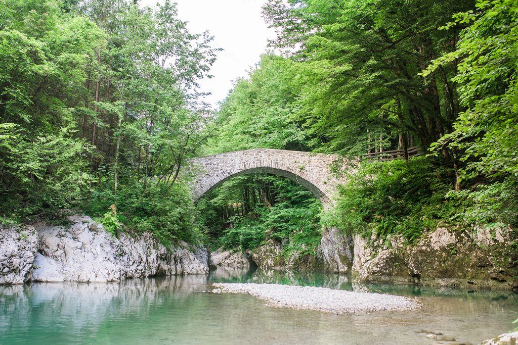 Reka Nadiža in Napoleonov most. Foto: Katarina Rutar Ipavec, arhiv Turizem Dolina Soče