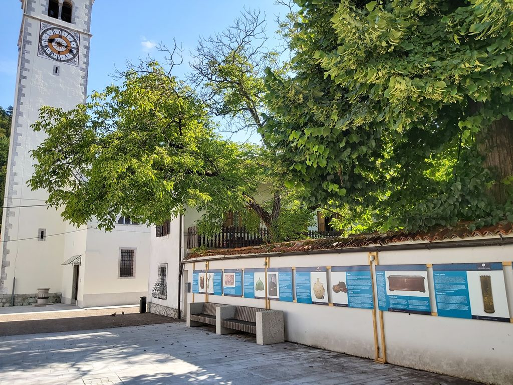 Na prireditvenem prostoru v Kobaridu je na ogled razstava ob 70-letnici Tolminskega muzeja. Foto: Nataša Hvala Ivančič