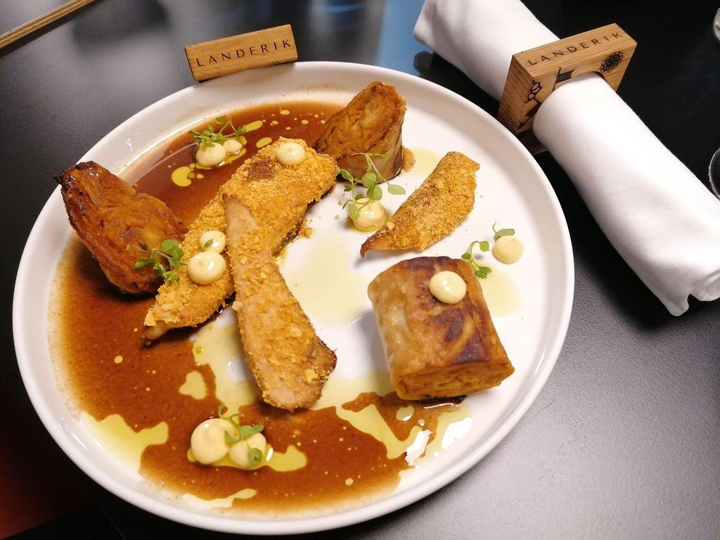 Piščančji file s koruznimi kosmiči, domač korenčkov štrukelj, limonina majoneza, kuhano korenje