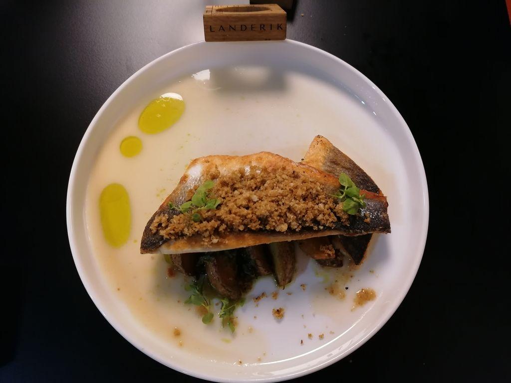 Brancin Fonda, kuhan krompir, blitva, pesto pečenega česna, ribja omaka z limono, limonine drobtine z rožmarinom