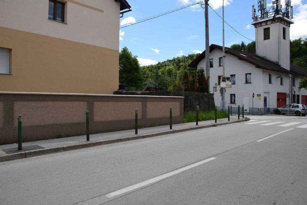 V sklopu urejanja središča Dobrove bodo odstranjeni tudi zeleni stebrički ob pločniku.