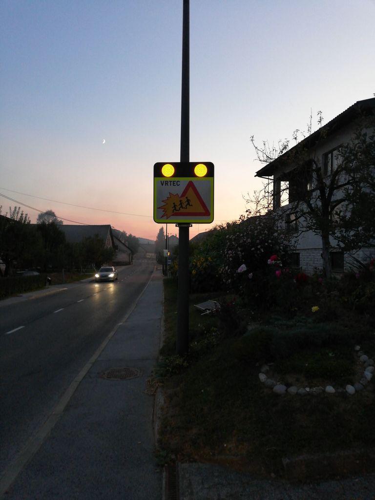 Opozorilna tabla opozarja voznike na bližino vrtca (vir: COPS systems)
