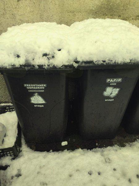 Očistite sneg na in ob zabojnikih