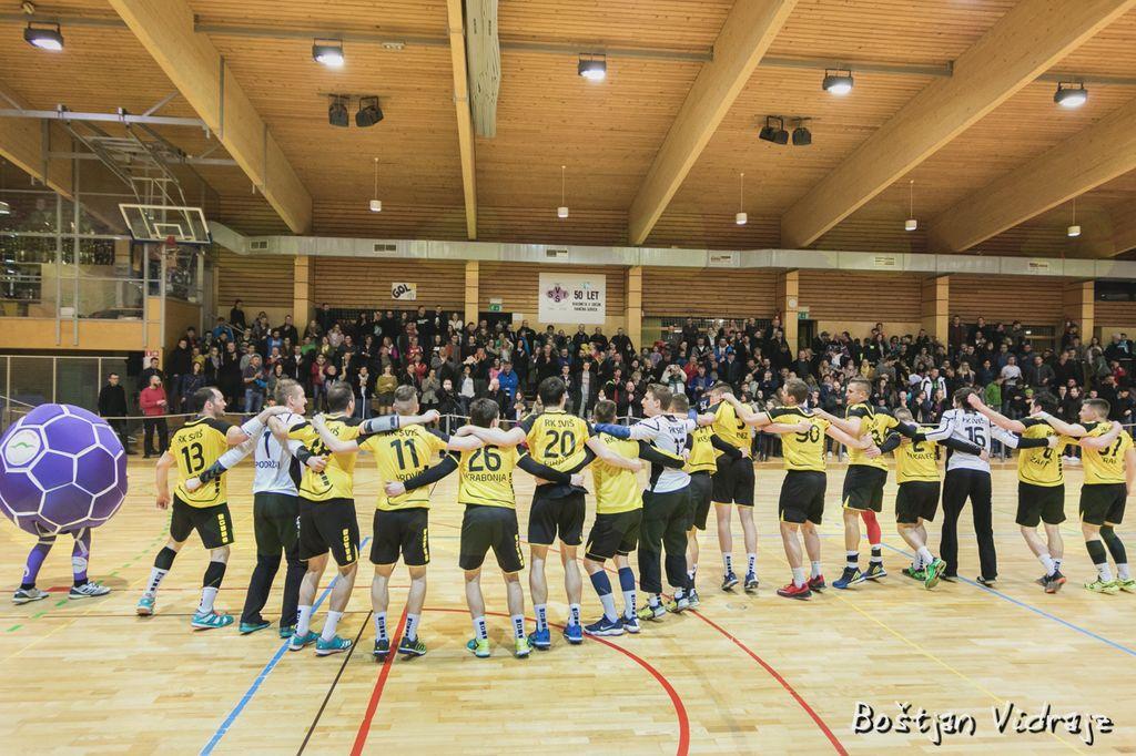 Rokometni klub SVIŠ napolnil dvorano na lokalnem derbiju, igralci dosegli novo zmago v boju za prvo ligo