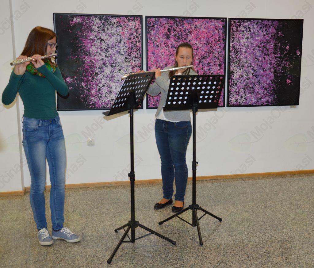 Spregovorila je tudi glasba - še en univerzalni jezik tega sveta ... Ana Retuznik & Urška Kokol, učenki 6. razreda Glasbene šole Slovenske Konjice sta očarali s svojima flavtama.