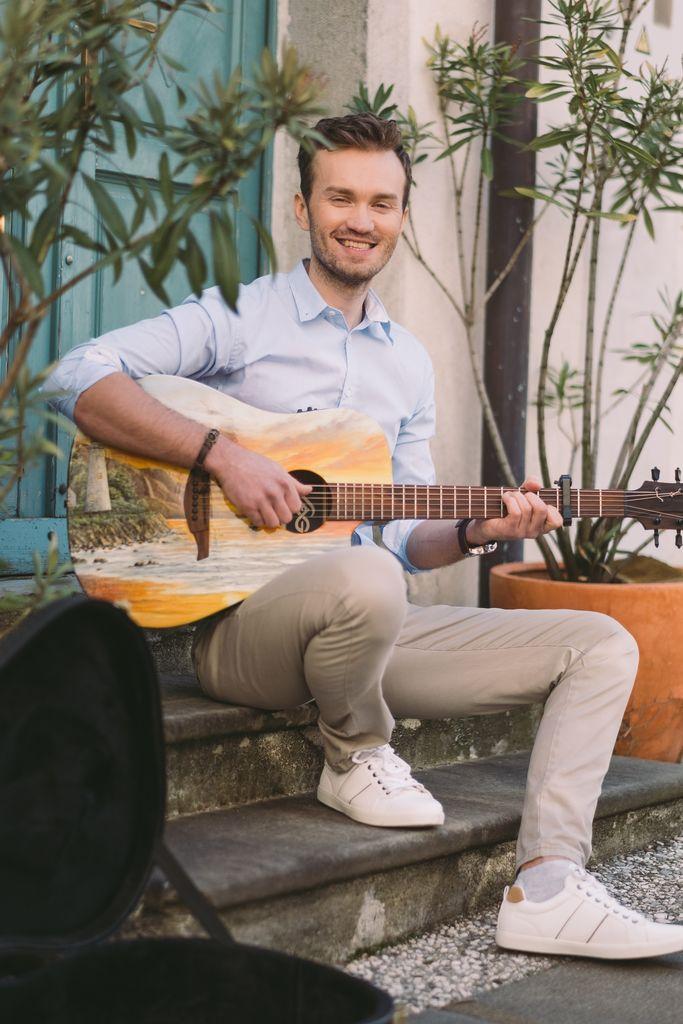 Alen Zabasu s svojo unikatno kitaro