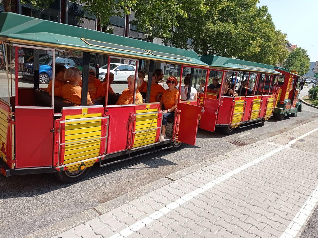 Oranžne telovadke z vlakom v Maribor