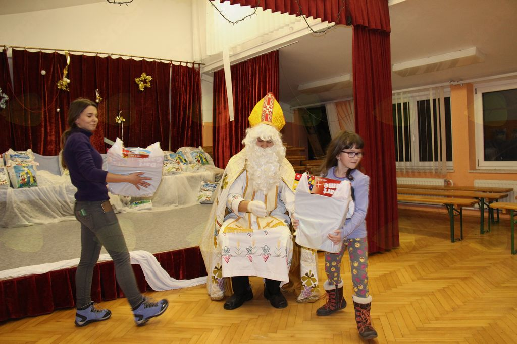 Miklavž je obiskal otroke na Telčah