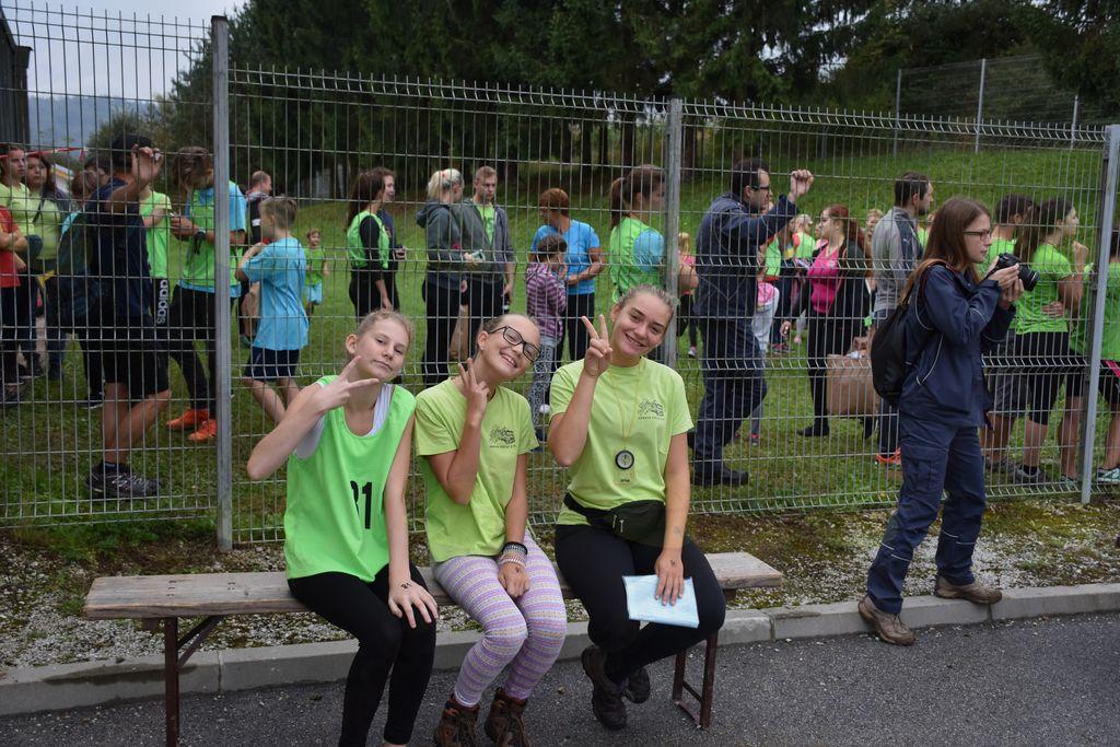 Ema, Nika in Sara pred začetkom orientacijskega teka [foto: Gregor Zibelnik]