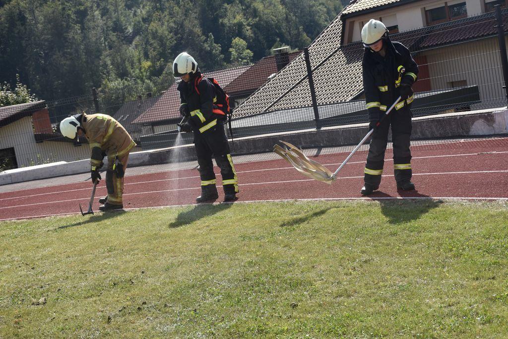Taktika gašenja travniškega požara [foto: Klemen Zibelnik]