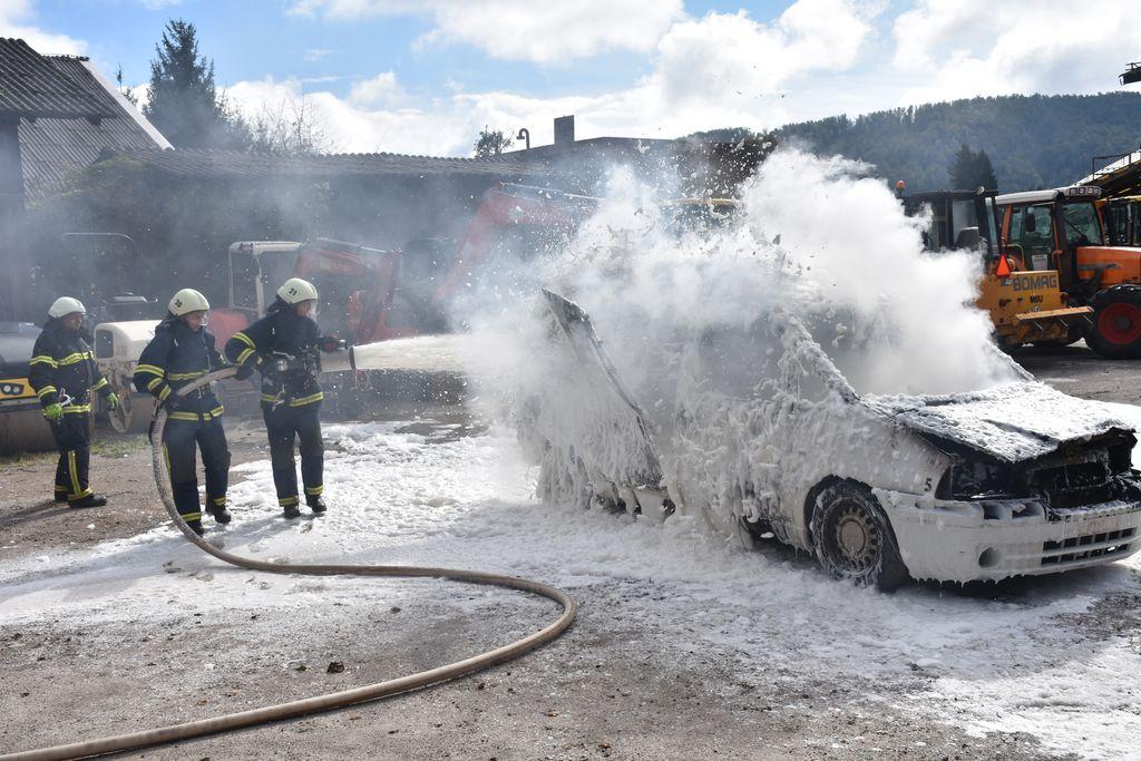 Gašenje požara avtomobila [foto: Klemen Zibelnik]